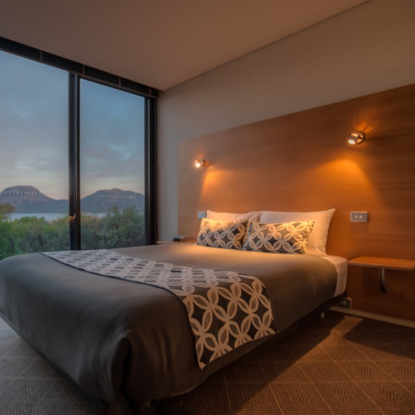 freycinet accommodation coles bay suites bed and hazards mountains